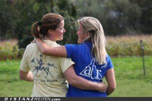 """Ein Herz und eine Seele: Melanie und Sabrina Arnold. Wenn sie auf Ritten gegeneinander antreten, herrscht """"eine gesunde Konkurrenz"""", so die Worte von Melanie. Foto: Christian Lüke"""