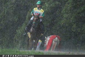 DJM Nörten-Hardenberg 2011, ... und mal wieder schlechtes Wetter: Nathalie Terberova (CZE) mit Joulik de Villeneuve. Sie belegten Platz 3 beim CEI-YR 120 km und gewannen zusätzlich den Best Condition. Foto: Victoria Oldenburg