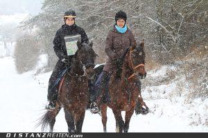 Kartenlese-Profis Andrea Pütz mit Laayoune und Carolin Lautner mit Khamaal sind begeisterte Winterreiter, Foto: Sabine Schirmer