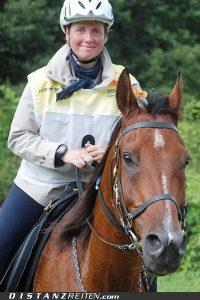Kerstin Deichmüller mit Bokal, Deutsche Meisterschaft im Distanzreiten Nörten-Hardenberg 2014 , Foto: Miriam Lewin