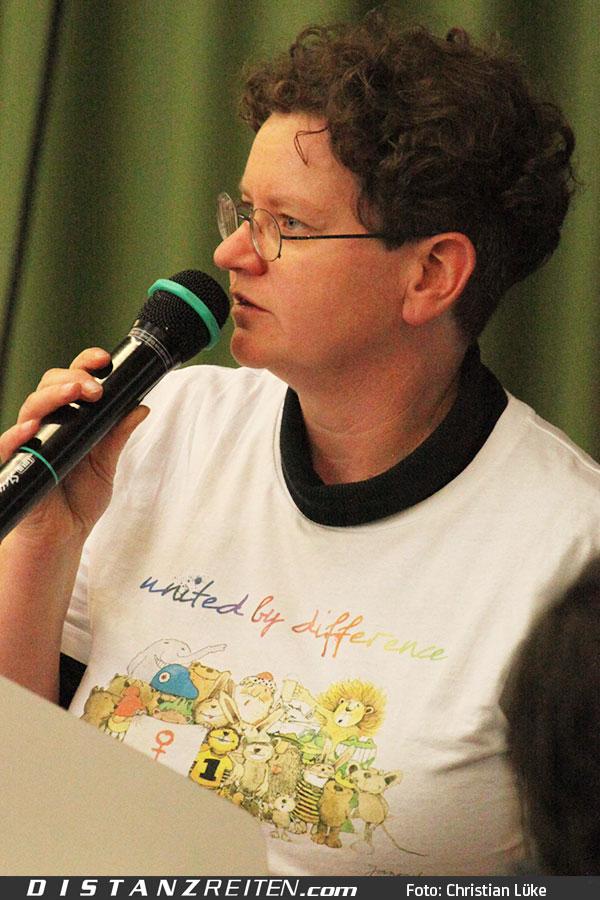 Die Präsidentin des VDD, Tanja Wedemeyer, begeistert durch eine motivierende Rede zur Zukunft des Distanzreitens und des VDD, Foto: Christian Lüke