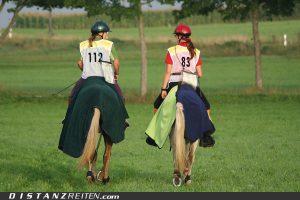 Distanzpferde tragen Decke